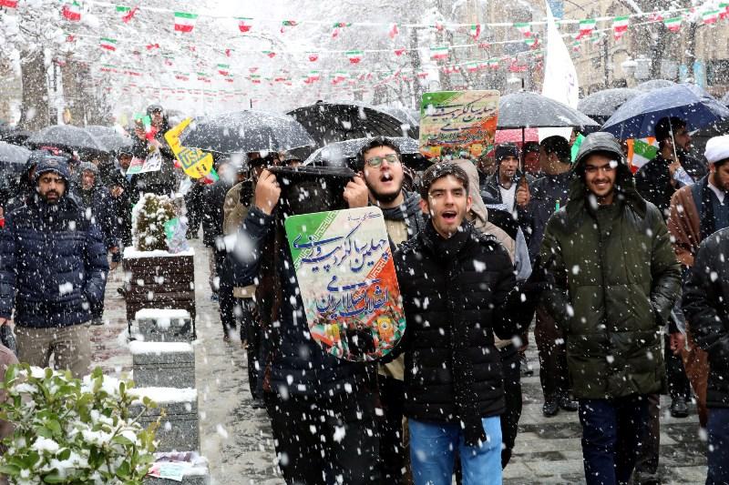 حمله مردم به کیک ۴۰ متری در راهپیمایی ۲۲ بهمن ساری